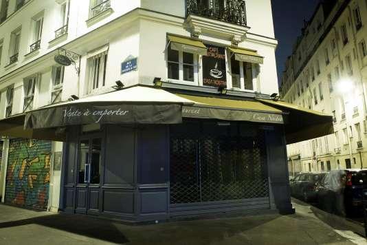 Casa Nostra est l'un des huit lieux attaqués le soir du 13 novembre 2015, au cours duquel 130 personnes ont été tuées et des centaines d'autres blessées par des commandos de l'organisation djihadiste Etat islamique (EI). Personne n'est mort dans ce restaurant, situé dans un quartier de l'Est parisien.