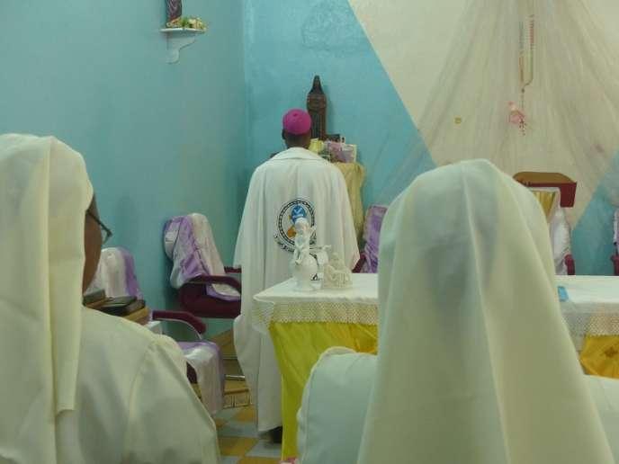 Mgr Jean Zerbo implorant la Vierge dans sa chapelle à l'archevéché de Bamako, samedi 14 mai 2017.