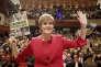 La première ministre écossaise, Nicola Sturgeon, pose avec un exemplaire du programme de sa formation, le Parti national écossais (SNP), en vue des élections législatives britanniques du 8 juin, à Perth (sud-est de l'Ecosse), le 30 mai.