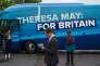 Des membres du Parti conservateur attendent Theresa May pour une viste d'école, à Birmingham, le 16 mai.