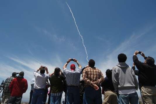 Des spectateurs suivent le test réalisé à la base de Vandenberg, en Californie.