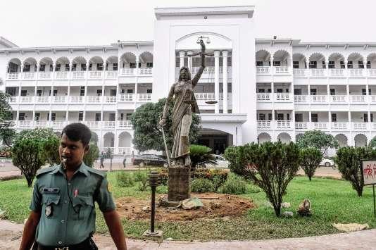 La statue représentant la Justice, se dressait devant la Cour suprême à Dacca, la capitale du Bangladesh.