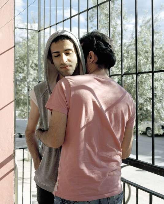 Prenant au pied de la lettre l'affirmation de l'ex-président Ahmadinejad qui niait l'existence même de l'homosexualité en Iran, Laurence Rasti a photographié des homosexuels iraniens exilés en Turquie.