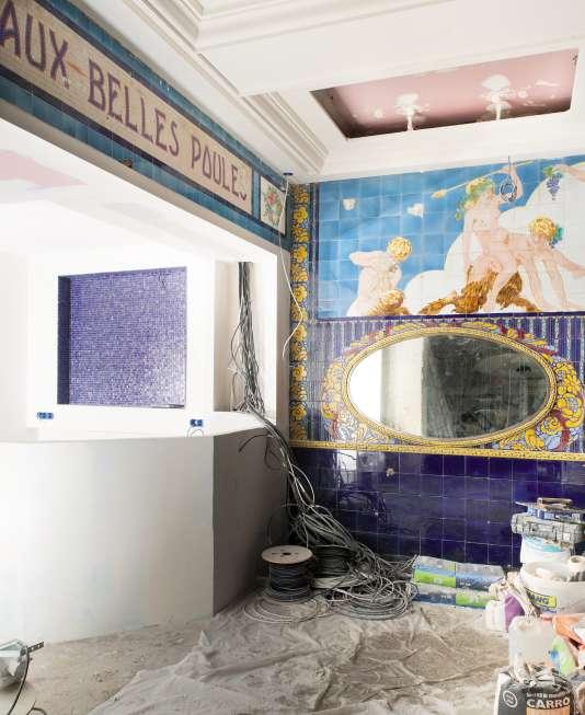 Le décor coloré de la salle centrale, longtemps caché par des coffrages, est resté en excellent état.