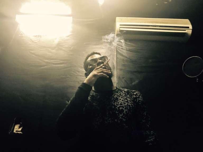 Le musicien DJ Arafat dans le studio de sa résidence, surnommée « la Cité Arafat ».