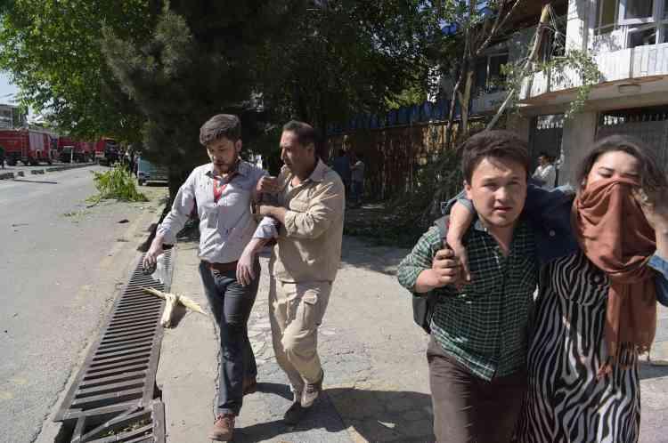 Des blessés sont évacués à Kaboul le 31 mai. L'explosion s'est produite dans le quartier diplomatique de la ville durant l'heure de pointe.