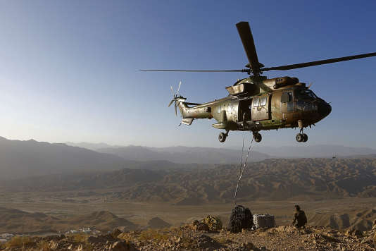 Un Eurocopter AS 532 Cougar français à Surobi, en Afghanistan, en 2012, dans le cadre de la Force internationale d'assistance à la sécurité de l'OTAN.