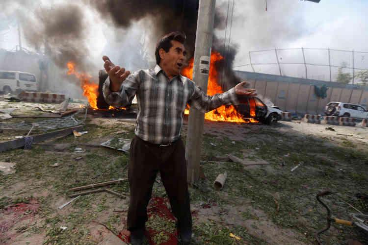 Un Afghan sur le site de l'explosion aKaboul, Afghanistan, le 31 mai.