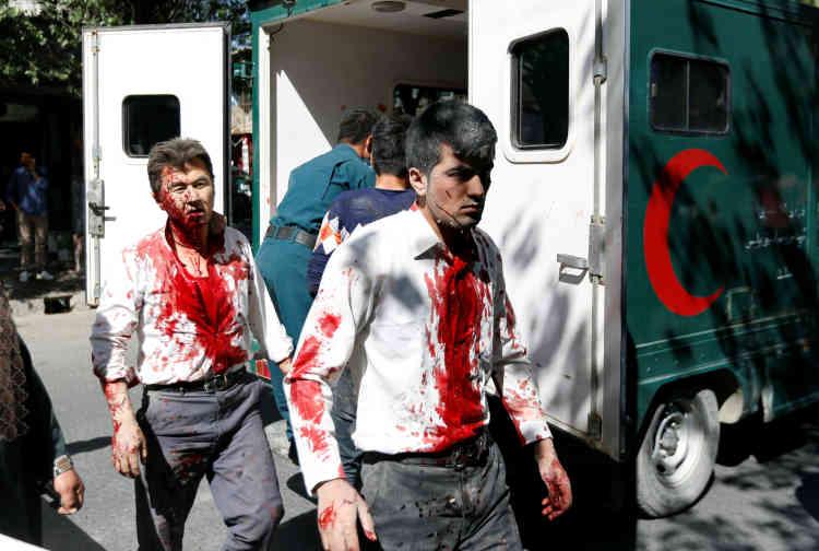 Des Afghans blessés arrivent à l'hopital, à Kaboul, le 31 mai.