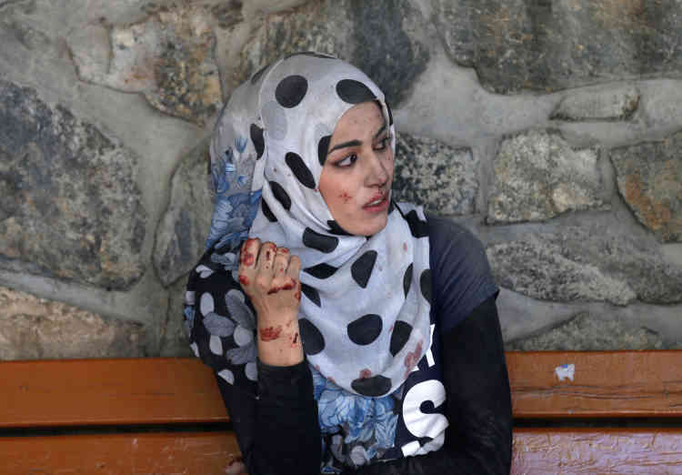 Une jeune femme assise à l'exterieur de l'hôpital après l'explosion d'un camion piégé à Kaboul, le 31 mai.