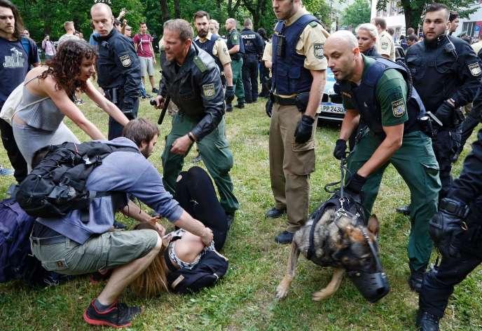 La police maîtrise une manifestante opposée au renvoi en Afghanistan d'un étudiant, à Nuremberg, le 31 mai.