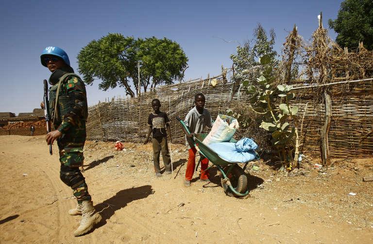 Un casque bleu des Nations unies au Soudan devant le camp de déplacés d'Al-Riyadh en février 2017.
