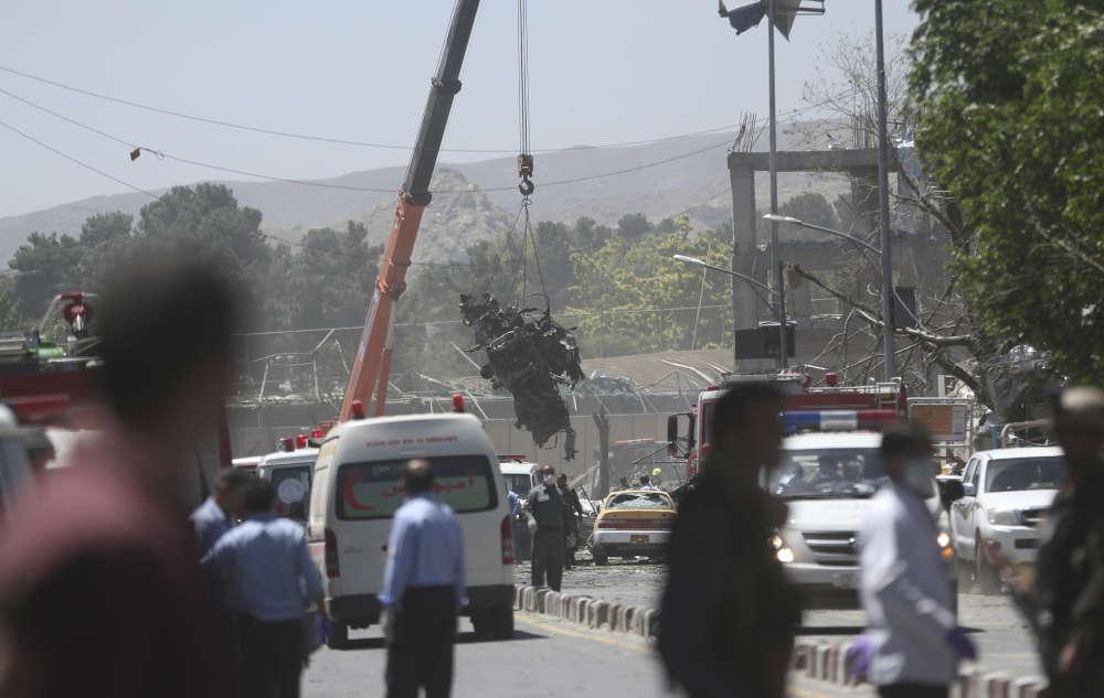 Les forces de sécuritéretirent les épaves des véhicules detruits dans l'explosion, à Kaboul, le 31 mai.