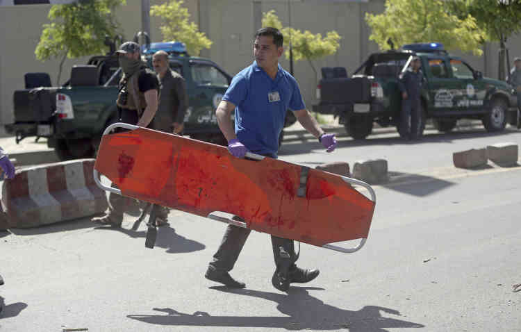 Un secouriste sur le lieu de l'attaque à Kaboul, Afghanistan, le 31 mai.