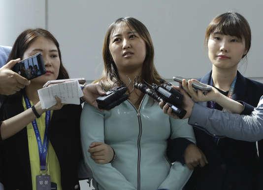 Chung Yoo-ra, à son arrivée à Séoul. Elle risque d'être poursuivie pour complicité, une partie de l'argent qui aurait été détourné aurait financé son luxueux train de vie en Europe.