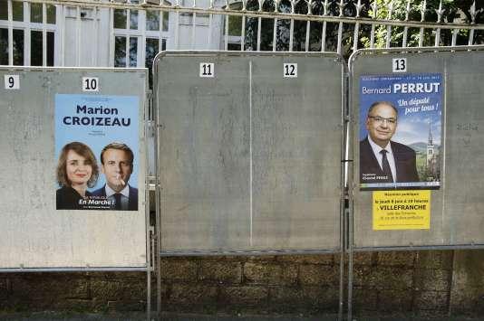 Affiches électorales des législatives 2017, à Villefranche-sur-Saône, dans le Rhône, le 29 mai.