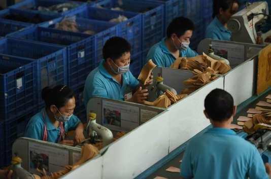 Des ouvriers dans l'usine de chaussures Huajian, à Dongguan,en Chine, le 14 septembre 2016.