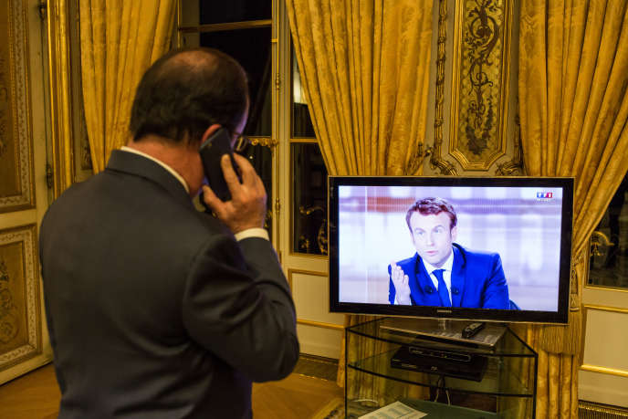 François Hollande regarde le débat télévisé entre Marine Le Pen et Emmanuel Macron le 3 mai.