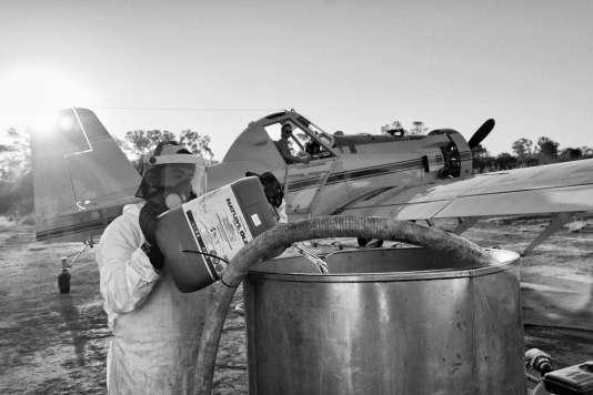 Avia Terai, province du Chaco, Argentine : un technicien prépare les produits chimiques destinés à l'épandage par avion en mai 2014.