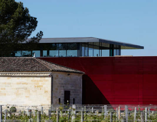 Sur le chairouge réalisé en 2012 par Jean Nouvel, le restaurantdonne sur les vignes de Saint-Emilion.
