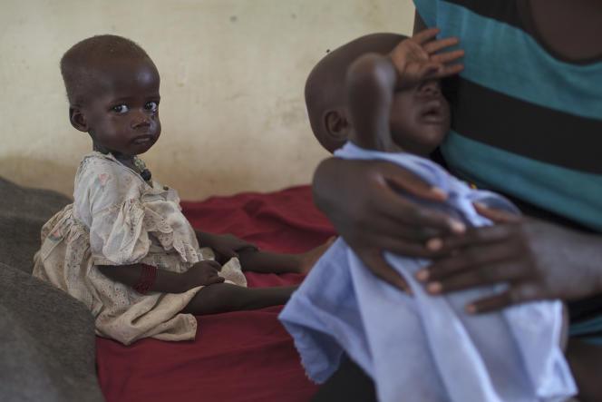 «Dans le centre nord du pays, la région la plus touchée par la famine, des femmes et des enfants aux yeux cernés tentent, tant bien que mal, de faire face aux souffrances liées à la faim». (Photo : La petite Nyataba est assise sur un des lits de l'hôpital de Torit, dans le sud-est du Soudan du Sud, où elle est traitée pour malnutrition. Le mercredi 10mai).