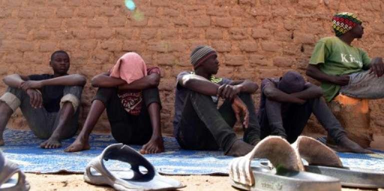 Des migrants sur la route de l'exil, à Agadez, au Niger, en avril 2017.