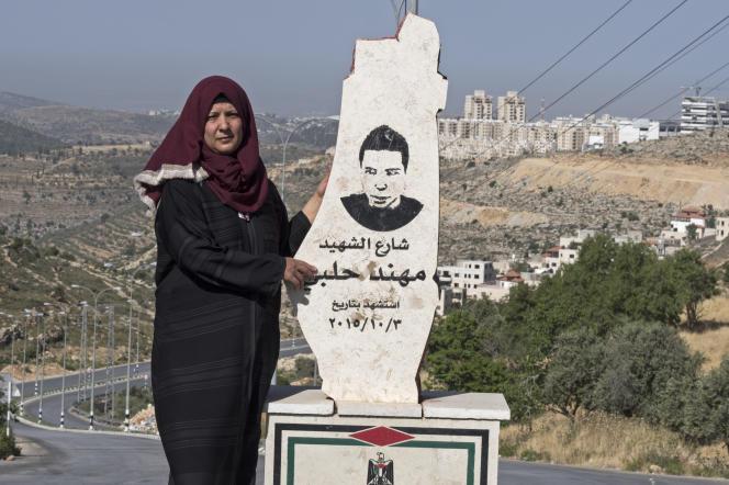 Souheir Halabi, mère d'un « martyr » palestinien, devant une stèle à sa gloire, érigée sur les lieux de son ancienne maison. Son fils, Mouhannad, a été tué après avoir poignardé à mort deux Israéliens, en octobre 2015.