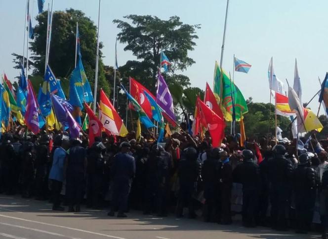 Photo officielle parue sur le compte Twitter de la présidence de la République démocratique du Congo montrant la foule amassée derrière un cordon de militaires pour l'arrivée en grande pompe,le 30 mai 2017, de Joseph Kabila à Kananga, capitale de la province du Kasaï-Central.