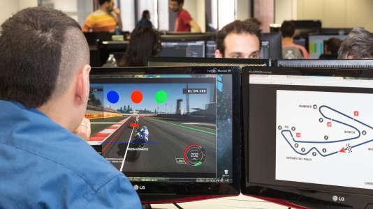 Un des concepteurs italiens de la simulation «MotoGP» à l'œuvre.