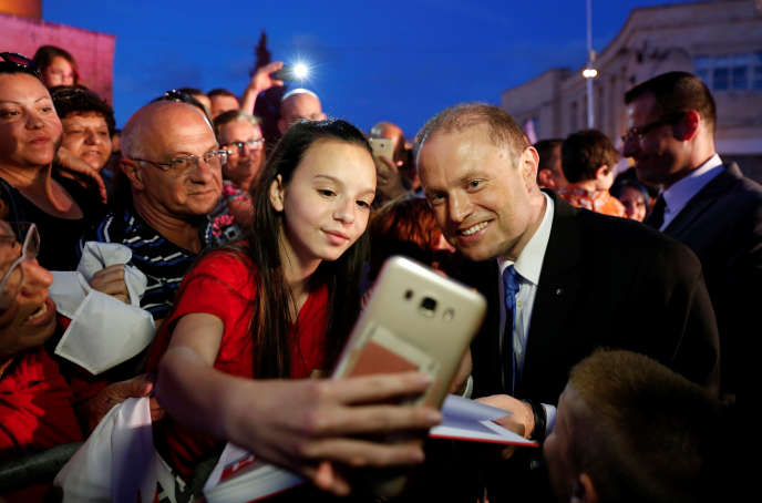 Le premier ministre maltais, Joseph Muscat, pose pour un selfie à Qormi (Malte), le 30 mai 2017.