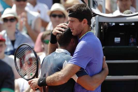 Nicolas Almagro, blessé et réconforté par son adversaire Juan Martin Del Potro, jeudi 1er juin à Roland-Garros.