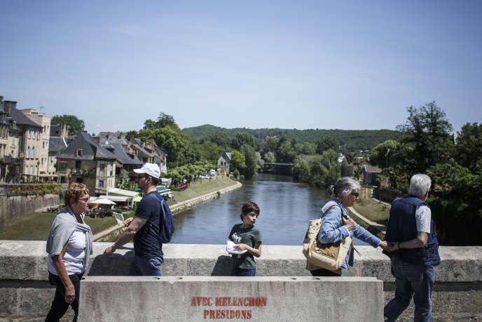 Sur le pont au-dessus de la Vézère à Montignac (Dordogne), le 24 mai.