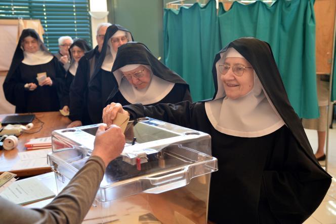 Sœursbénédictines de l'abbaye de Sainte-Cécile de Solesmes (Sarthe), lors du premier tour de l'élection présidentielle, le 23 avril.