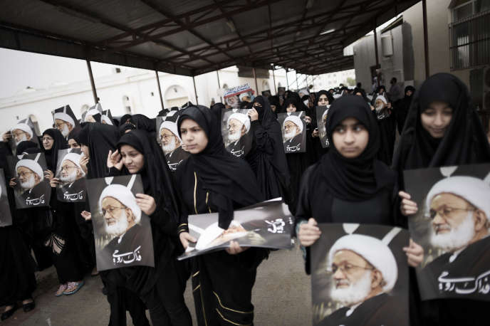 Des femmes manifestent leur soutien au cheikh Issa Qassem, guide spirituel de la principale force d'opposition aujourd'hui dissoute, le Wifaq, à Diraz, en novembre 2014.