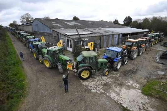 Répétition générale avec des agriculteurs membres de Copain 44, avec les « tracteurs vigilants», pour protéger une ferme dans la ZAD de Notre-Dame-des-Landes contre une éventuelle intervention des forces de l'ordre (novembre 2016).