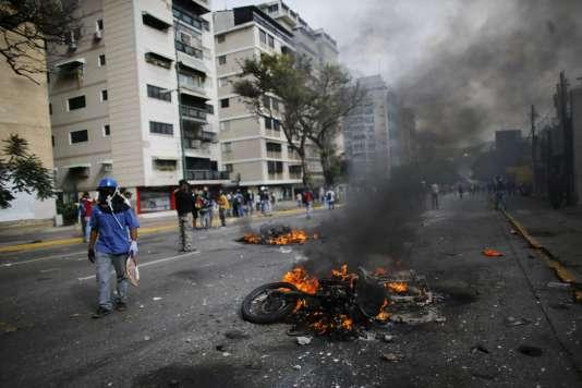 Des motos ont été incendiées, lors de la manifestation de mercredi 31 mai.