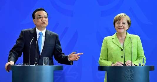 La chancelière allemande, Angela Merkel, et le premier ministre chinois, Li Keqiang, lors d'une conférence de presse commune, le 1er juin 2017 à Berlin, en Allemagne.