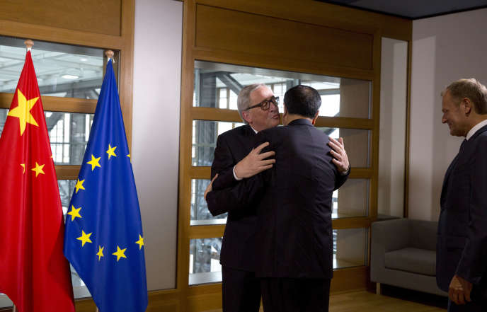 Jean-Claude Juncker, le président de la Commission européenne, embrasse le premier ministre chinois, Li Keqiang, à Bruxelles, le 1er juin.