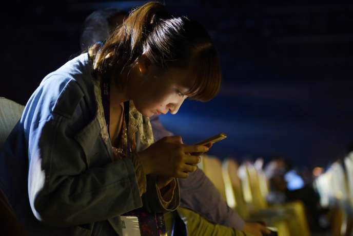 «Des droits sont largement concédés aux agences gouvernementales pour réguler le cyberespace» (Photo: une utilisatrice d'un téléphone mobile, lors de la Global Mobile Internet Conference, à Pékin, le 1er juin).