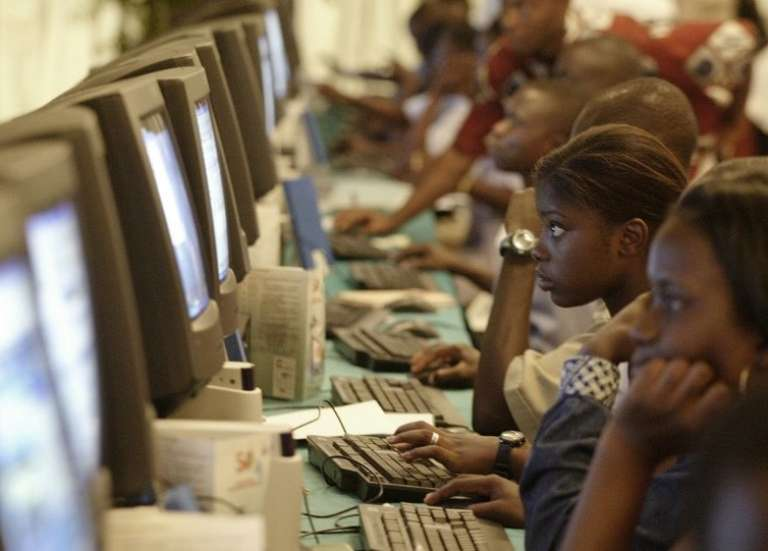 Session d'initiation au numérique en Côte d'Ivoire.