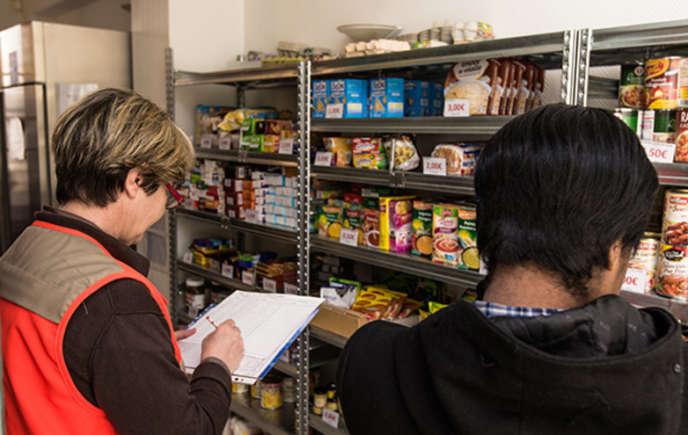 L'épicerie sociale de la Croix-Rouge à Paris (15e arrondissement) accueille les étudiants.