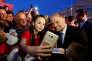 Joseph Muscat, le premier ministre maltais, pose avec des partisans, à Qormi, le 30 mai.