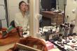 Ju Si Jeong en pleine séance de maquillage avant une répétition à la Comédie-Française (Photo Agathe Charnet)