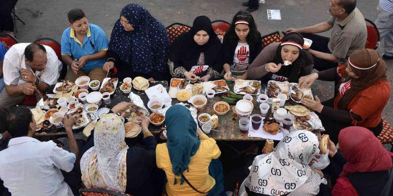 Rupture du jeûne pendant le mois de ramadan au Caire.