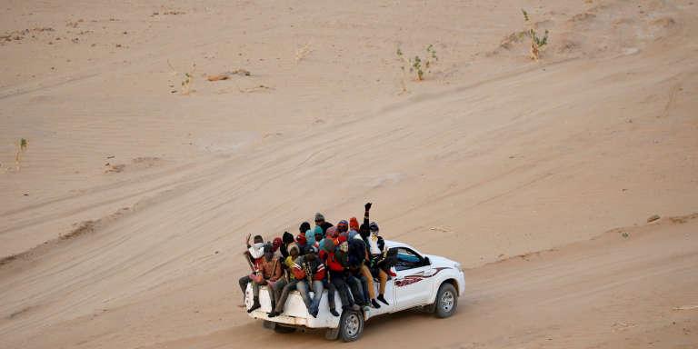 En mai 2016, voiture de migrants qui tentent de traverser le Sahara, au Niger, en partant d'Agadez pour rallier la Libye puis l'Europe.