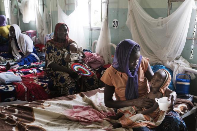En mai 2017, dans une salle de l'uniténutritionnelle thérapeutique de l'hôpital de l'Amitié Tchad-Chine, à N'Djamena, une femme donne à boire à son enfant.