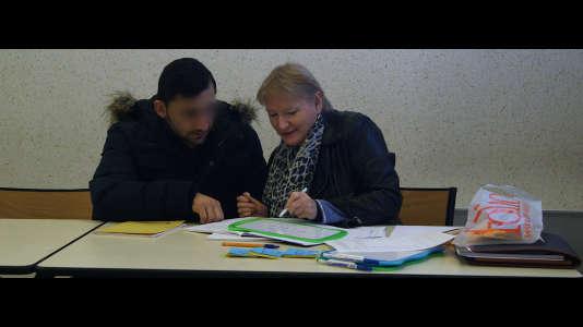 Accueilli à Serquigny, ce réfugié afghan apprend le français.