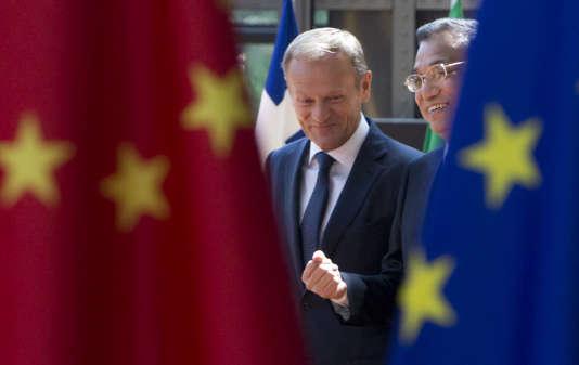 Le président du Conseil européen, Donald Tusk, aux côtés du premier ministre chinois, Li Keqiang,à l'issue d'un sommet annuel entre Bruxelles et Pékin, le 2 juin 2017.