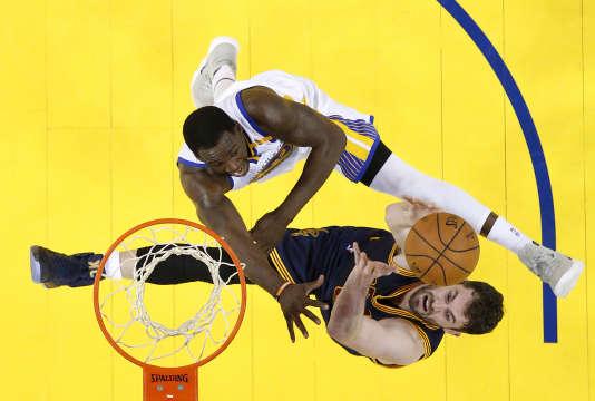 Draymond Green défend l'attaque de Kevin Love, des Cleveland Cavaliers, à Oakland, le 1er juin.