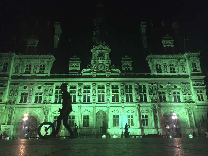 En signe de protestation contre la décision de Donald Trump de retirer les Etats-Unis de l'Accord de Paris sur le climat, de nombreux bâtiments du monde entier, dont ici l'Hôtel de Ville de Paris, ont été illuminés de vert le 1er juin 2017.